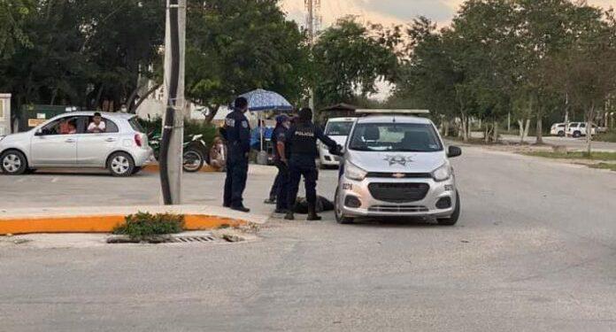 Elementos de la policía municipal asfixian a una mujer en Tulum, México