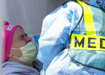 Muchos jóvenes estadounidenses están siendo hospitalizados por una variante más infecciosa