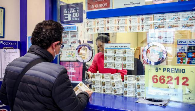Persona comprando la lotería